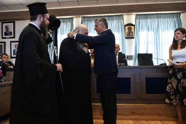 Ναυαρίνεια - Παραδίδοντας το Κλειδί της Πόλης στον Αρχιεπίσκοπο Ελλάδος Μακαριώτατο Ιερώνυμο